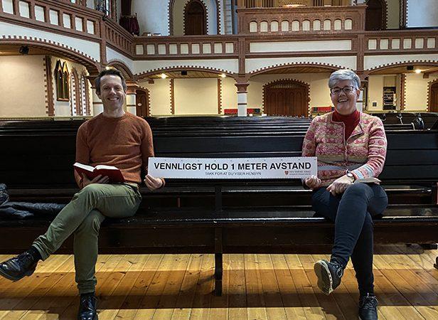 kirkeverge Kjetil Nordstrøm og administrasjonsleder Inger-Mette Brommeland viser frem 1 meter merket